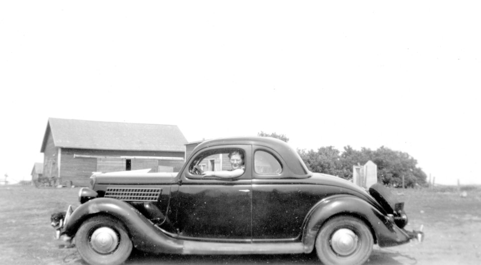 1935-1936-ford-5-window-coupe-on-the-farm