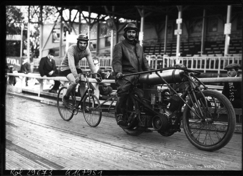Carmen derrière Naso [entraînement du pistard derrière une motocyclette] _ [photographie de presse] _ [Agence Rol]