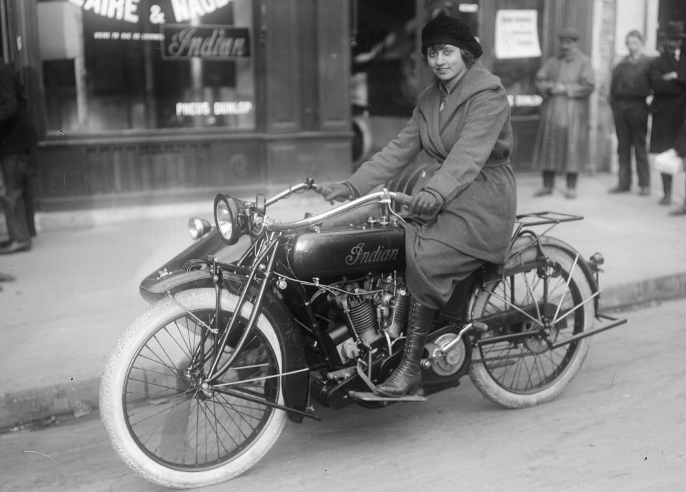 Mlle Yvonne Degraine [nageuse du club des Mouettes de Paris, pilotant un side-car _Indian_] _ [photographie de presse] _ [Agence Rol]