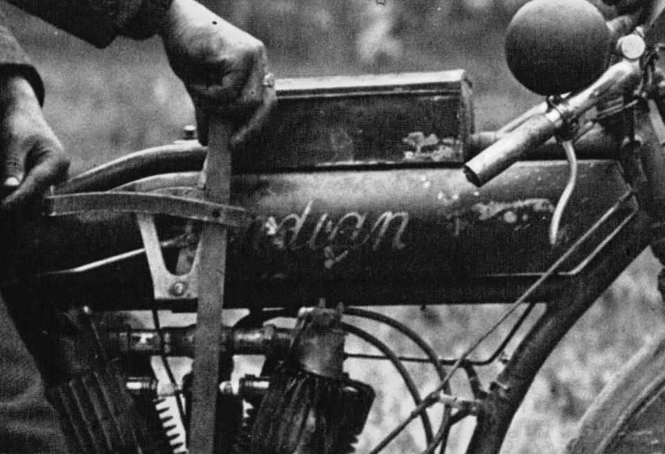 Passage de Paris-Reims-Paris à motocyclette _ Bernard sur Indian _ [photographie de presse] _ Agence Meurisse-1