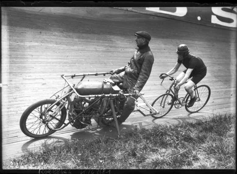Sérès [derrière] Lauthier [sur motocyclette] _ [photographie de presse] _ [Agence Rol]